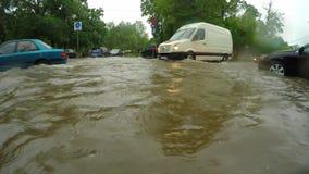 Moeilijk verkeer in de stad na zware regenval stock videobeelden