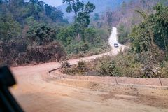 Moeilijke grintweg in de berg van Thailand stock afbeelding