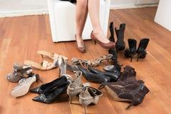 Moeilijke keus van schoenen Stock Foto's