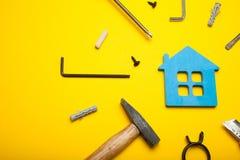 Moeilijke situatie, huisonderhoud, bezitsarchitectuur royalty-vrije stock afbeeldingen