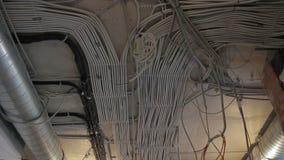 Moeilijke situatiedozen, kabelkanalen binnen Self-extinguishing dradenkabels met uitstekende isolatie stock video