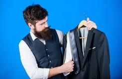 Moeilijkheid die stropdas kiezen Dienst van de winkel de hulp of persoonlijke stilist Passende stropdasuitrusting Mensen gebaarde stock afbeeldingen