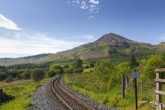 Moel Hebog och den walesiska höglands- järnvägen Arkivbild