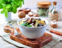 Moela fritadas do pato com batatas, cogumelos e alho-porro Culinária francesa Imagem de Stock Royalty Free