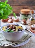 Moela fritadas do pato com batatas, cogumelos e alho-porro Culinária francesa Imagens de Stock