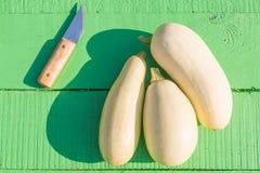 Moelles /courgette et un couteau Photos stock