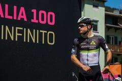 Moena, Италия 25-ое мая 2017: Профессиональные велосипедисты на подписях подиума перед отклонением для трудного этапа горы Стоковые Изображения