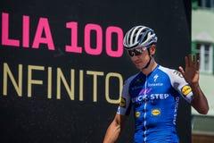 Moena, Италия 25-ое мая 2017: Профессиональные велосипедисты на подписях подиума перед отклонением для трудного этапа горы Стоковое Фото