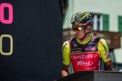 Moena, Италия 25-ое мая 2017: Профессиональные велосипедисты на подписях подиума перед отклонением для трудного этапа горы Стоковые Фотографии RF