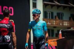 Moena, Италия 25-ое мая 2017: Профессиональный велосипедист на подписях подиума перед отклонением Стоковые Изображения