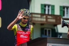 Moena, Италия 25-ое мая 2017: Профессиональный велосипедист на подписях подиума перед отклонением Стоковая Фотография