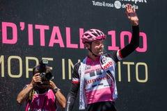 Moena, Италия 25-ое мая 2017: Профессиональный велосипедист Том Doumulin, в розовом jersey, на подписях подиума Стоковые Изображения RF
