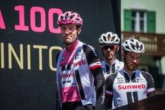 Moena, Италия 25-ое мая 2017: Профессиональный велосипедист Том Doumulin, в розовом jersey, на подписях подиума Стоковые Фотографии RF