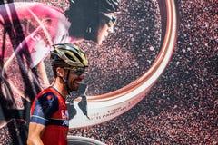 Moena, Itália 25 de maio de 2017: Ciclista profissional nas assinaturas do pódio Fotografia de Stock Royalty Free
