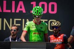 Moena, Itália 25 de maio de 2017: Ciclista profissional nas assinaturas do pódio Fotografia de Stock