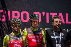 Moena, Itália 25 de maio de 2017: Ciclista profissional nas assinaturas do pódio Fotos de Stock Royalty Free