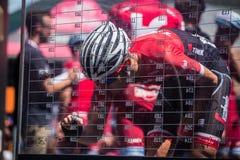 Moena, Itália 25 de maio de 2017: Ciclista profissional nas assinaturas do pódio Imagens de Stock Royalty Free