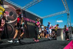 Moena, Itália 25 de maio de 2017: Ciclista profissional nas assinaturas do pódio Imagem de Stock