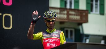 Moena, Itália 25 de maio de 2017: Ciclista profissional nas assinaturas do pódio antes da partida Imagens de Stock Royalty Free