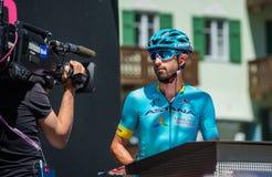 Moena, Itália 25 de maio de 2017: Ciclista profissional nas assinaturas do pódio antes da partida Imagem de Stock