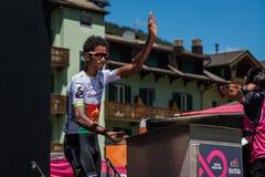 Moena, Itália 25 de maio de 2017: Ciclista profissional nas assinaturas do pódio antes da partida Fotografia de Stock