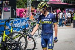 Moena, Itália 25 de maio de 2017: Ciclistas profissionais Adam Yates e sua bicicleta perto das assinaturas do pódio antes da part Fotos de Stock