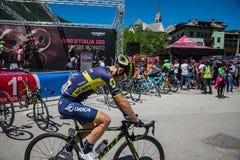 Moena, Itália 25 de maio de 2017: Ciclistas profissionais Adam Yates e sua bicicleta perto das assinaturas do pódio antes da part Foto de Stock Royalty Free