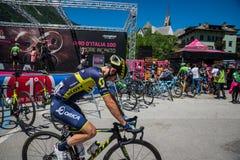 Moena, Itália 25 de maio de 2017: Ciclistas profissionais Adam Yates e sua bicicleta perto das assinaturas do pódio antes da part Fotos de Stock Royalty Free