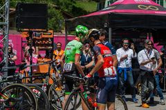 Moena, Itália 25 de maio de 2017: Ciclistas profissionais e sua bicicleta perto das assinaturas do pódio antes da partida Foto de Stock Royalty Free