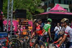 Moena, Itália 25 de maio de 2017: Ciclistas profissionais e sua bicicleta perto das assinaturas do pódio antes da partida Imagens de Stock