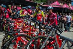 Moena, Itália 25 de maio de 2017: Ciclistas profissionais e sua bicicleta perto das assinaturas do pódio antes da partida Imagem de Stock Royalty Free