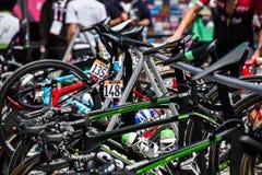 Moena, Itália 25 de maio de 2017: Ciclistas profissionais e sua bicicleta perto das assinaturas do pódio antes da partida Fotografia de Stock