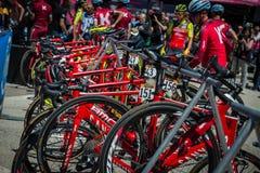 Moena, Itália 25 de maio de 2017: Ciclistas profissionais e sua bicicleta perto das assinaturas do pódio antes da partida Fotos de Stock