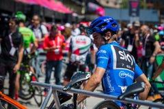 Moena, Itália 25 de maio de 2017: Ciclistas profissionais Mikel Landa e sua bicicleta perto das assinaturas do pódio antes da par Foto de Stock