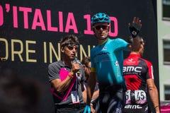 Moena, Italia 25 de mayo de 2017: Ciclista profesional en las firmas del podio Imagenes de archivo