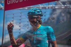 Moena, Italia 25 de mayo de 2017: Ciclista profesional en las firmas del podio Imagen de archivo