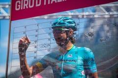 Moena, Italia 25 de mayo de 2017: Ciclista profesional en las firmas del podio Imágenes de archivo libres de regalías