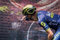 Moena, Italien am 25. Mai 2017: Berufsradfahrer Adam Yates, Orica-Team, auf den Podiumunterzeichnungen Lizenzfreie Stockbilder