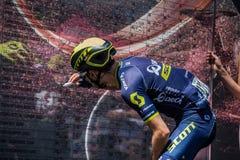 Moena, Italien am 25. Mai 2017: Berufsradfahrer Adam Yates, Orica-Team, auf den Podiumunterzeichnungen Lizenzfreies Stockfoto