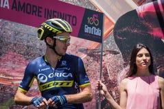 Moena, Italien am 25. Mai 2017: Berufsradfahrer Adam Yates, Orica-Team, auf den Podiumunterzeichnungen Stockbild