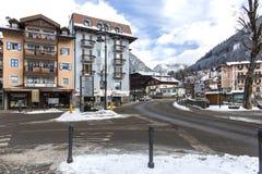 Moena, Trentino, Alpen, Dolomiti, Italien 4. Februar 2018: Straße der Stadt von Moena Winterstadt in den Bergen Schnee-mit einer  Lizenzfreie Stockfotografie