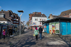 MOENCHENGLADBACH, ALEMANIA - 9 DE MARZO DE 2016: Pedestrants goza del sol mientras que da un paseo sobre el viejo mercado de Imagen de archivo