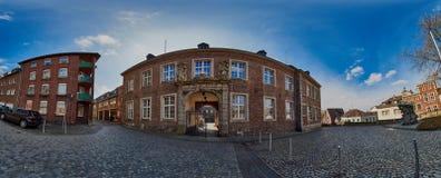 MOENCHENGLADBACH, DUITSLAND - MAART 09, 2016: Panoramamening in Abteistrasse met de oude gebouwen van het kerkbeleid royalty-vrije stock afbeeldingen