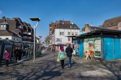 MOENCHENGLADBACH, DUITSLAND - MAART 09, 2016: Pedestrants geniet van de zon terwijl het wandelen over de Oude Markt van stock afbeelding