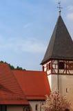 MOENSHEIM NIEMCY, SIERPIEŃ, - 01, 2015: Mieszkaniowy tudor stylu kościół z niebieskim niebem w tle, Zdjęcie Royalty Free