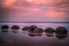 Moeraki冰砾,新西兰-美好的风景,日落 库存图片