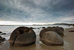 Moeraki Fluss-Steine Stockfoto