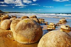Moeraki Fluss-Steine, Neuseeland Stockbilder