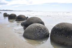 Moeraki Fluss-Steine, Neuseeland Lizenzfreies Stockbild