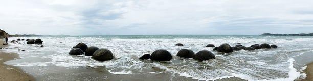 Moeraki Fluss-Steine in Neuseeland Stockfoto